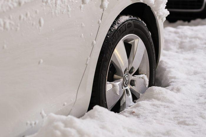 雪に埋もれるタイヤ