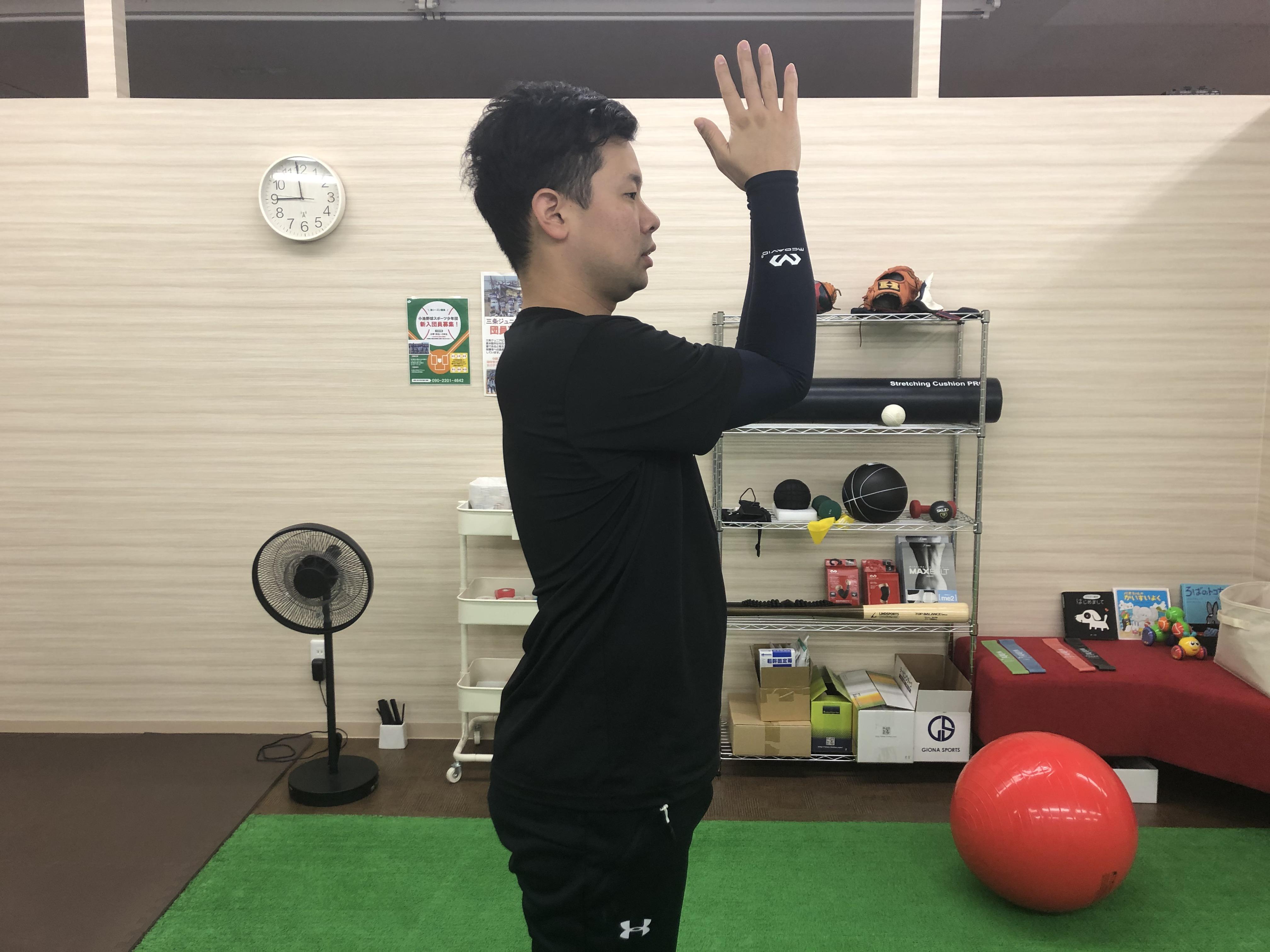 広背筋ストレッチをする男性1