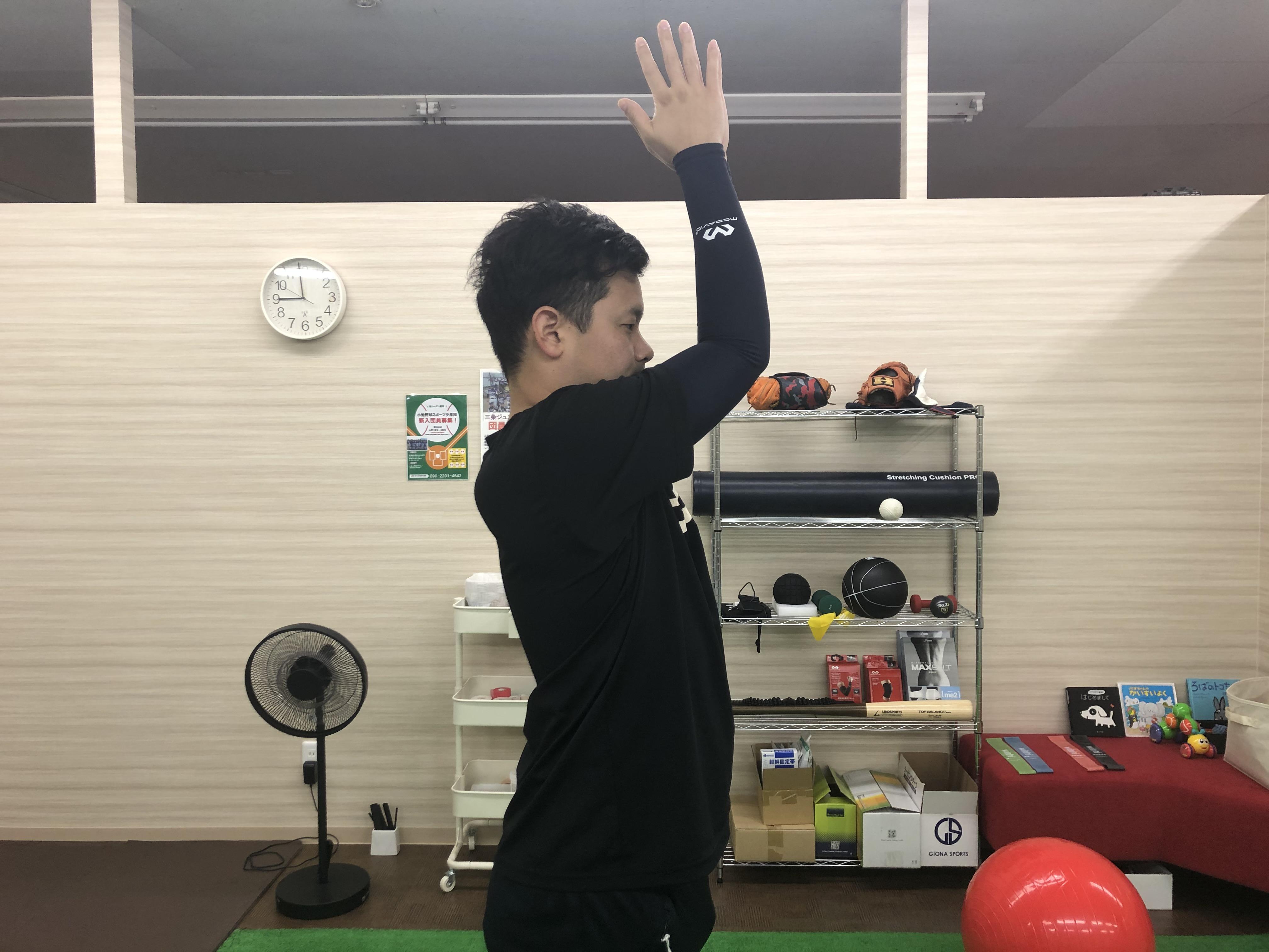 広背筋ストレッチをする男性2
