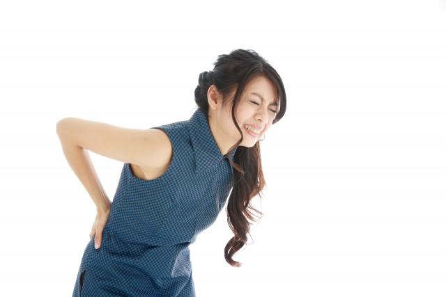 腰痛に苦しむ女性